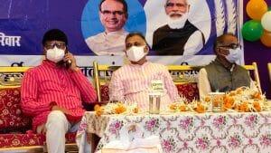 Betul news: प्रभारी मंत्री इंदर सिंह परमार ने अन्न उत्सव कार्यक्रम के दौरान हितग्राहियों को बांटा नि:शुल्क राशन