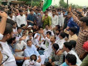 गायों की दुर्दशा को लेकर राजगढ़ में कांग्रेस का हल्ला बोल, पूर्व ऊर्जा मंत्री सैकड़ों कार्यकर्ताओं के साथ बैठे धरने पर