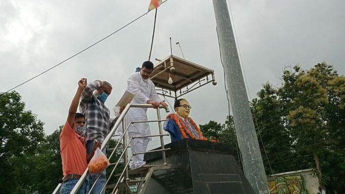 पूर्व विधायक को पहनाई कंडोम की माला, अंबेडकर अनुयायियों ने जताया विरोध