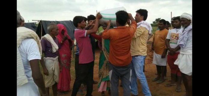 सार्थक पहल: युवाओं का संकल्प, बाढ़ पीड़ित 2 गाँवों को देवरा गाँव ने एक साल के लिए लिया गोद