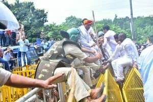 MP : महंगाई के विरोध में सीएम हाउस का घेराव करने पहुंचे युवा कांग्रेस, पुलिस ने किया लाठी चार्ज, कई नेता गिरफ्तार