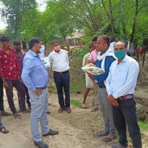 बाढ़ राहत शिविरों का निरीक्षण करने पहुंचे कलेक्टर, ग्रामीणों के साथ जमीन पर बैठकर खाया खाना