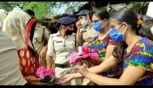 जुड़वा बहनों ने Online दुकान से जुटाए पैसे, बाढ़ प्रभावित महिलाओं को बांटे Sanitary Pads