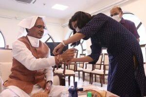 CM शिवराज ने अपने निवास पर बंधवाई बहनों से राखी, रक्षा का संकल्प लेकर कही ये बात..