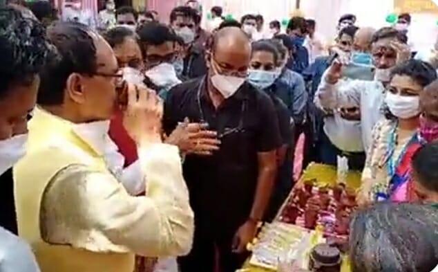 CM Shivraj की 'चाय पर चर्चा', कुल्हड़ वाली चाय की चुस्कियों के साथ महिलाओं से संवाद