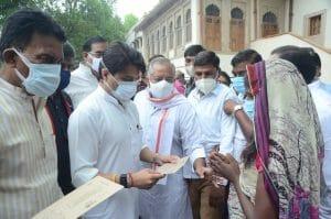बाढ़ प्रभावित क्षेत्रों के लिए केंद्रीय मंत्री सिंधिया ने रवाना की राहत सामग्री, बांटे चेक
