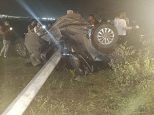 तेज़ रफ्तार का कहर: पार्टी कर लौट रहे दोस्तों की कार जानवर से टकराई, उछलकर खंबे से भिड़ी, 2 की मौत, 1 गंभीर