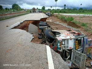 बारिश ने खोली घटिया सड़क निर्माण की पोल, हाइवे धसका सड़क पर खड़े ट्रक गिरे