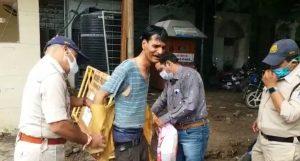Indore news : DIG ऑफिस के बाहर युवक ने खुद पर पेट्रोल डालकर की आत्मदाह की कोशिश, जानें मामला