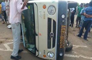 भीषण सड़क हादसा : मजदूरों से भरे पिकअप वाहन की ऑल्टो से भिड़ंत, 8 गंभीर घायल