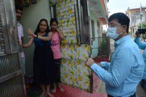 डेंगू प्रभावित क्षेत्रों में पहुंचे निगम कमिश्नर, हाथ जोड़कर की सहयोग और स्वच्छता की अपील