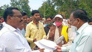 Balaghat :मौसम की बेरूखी से तीन तहसीलों में सूखे के हालत, किसानों ने सीएम के नाम जिला प्रशासन को सौंपा ज्ञापन