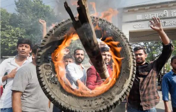 भारत बंद : रेल पटरियों पर बैठे किसान, हाईवे पर लंबा जाम, कई ट्रेंने रद्द, MP में भी असर