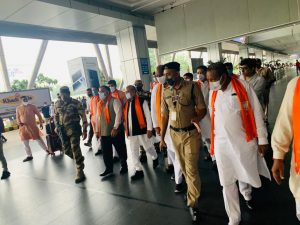 केंद्रीय मंत्री तोमर - जोशी पहुंचे अहमदाबाद, आज मिल सकता है गुजरात को नया मुख्यमंत्री