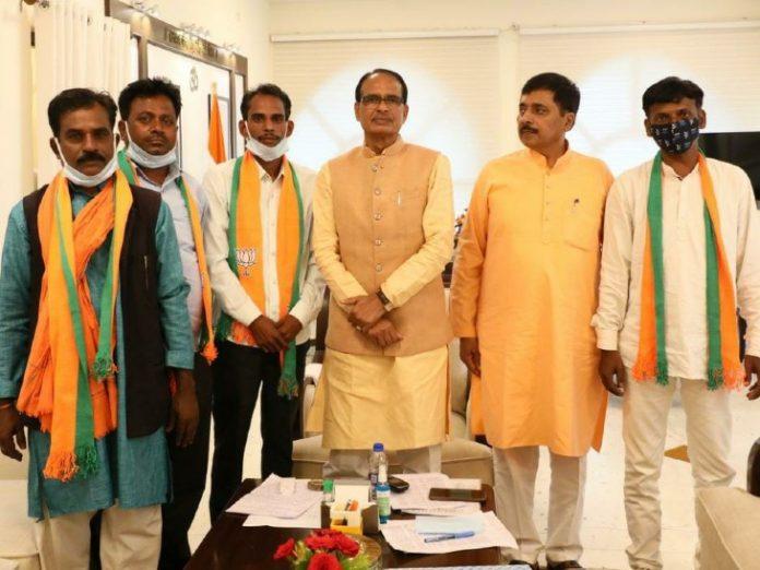 उपचुनाव से पहले BJP का मास्टरस्ट्रोक, दिग्गज नेता सहित 2 दर्जन लोगों ने थामा पार्टी का हाथ