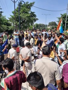 चितरंगी टीआई के विरोध में NSUI कार्यकर्ताओं ने निकाली रैली, अपहरण का मुकदमा दर्ज करने की मांग