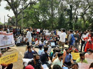 Indore : कटोरा और किताब लेकर अभ्यर्थियों का प्रदर्शन, MPPSC ऑफिस का किया घेराव