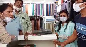 कपड़े के शोरूम से नगदी ले उड़े चोर, CCTV में कैद, पुलिस कर रही मामले की जांच